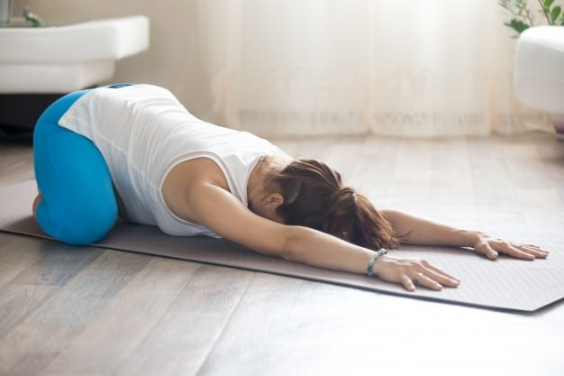 یوگا در بارداری با حرکت بچه با زانوی باز برای کاهش فشار شکم