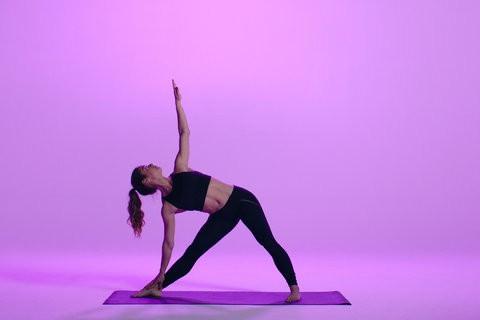یوگا در خانه با حرکت مثلث